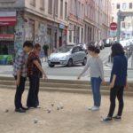 Etudiants qui jouent à la pétanque