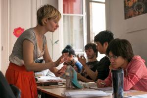 Professeur qui explique le français aux étudiants pendant un cours